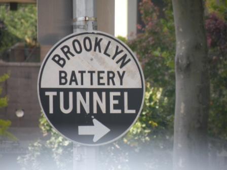 Schauplatz - Verkehrsschild Brookly Battery Tunnel