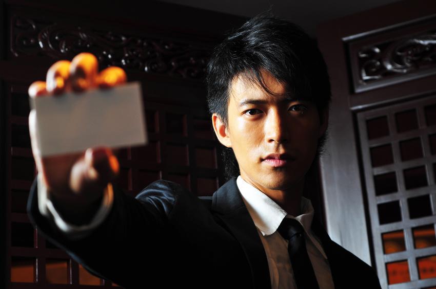 Namen - asiatischer Mann mit Visitenkarte