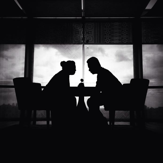 Ein japanisches Paar zwischen formeller Anrede und Gespräch