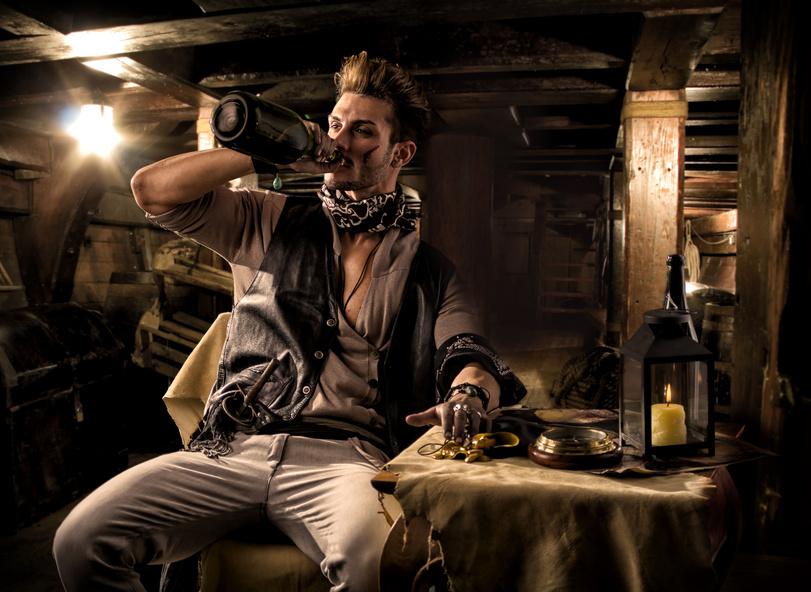 Pirat trinkt aus der Flasche
