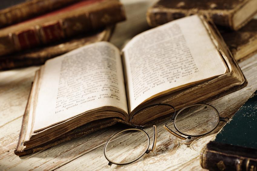 Testleser - Altes Buch und alte Brillen
