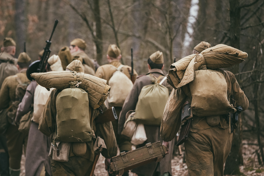 Eine Masse an Soldaten wandert durch den Wald
